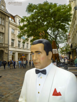 Humphrey Bogart in Rostock's shopping district - He is looking a little stiff!